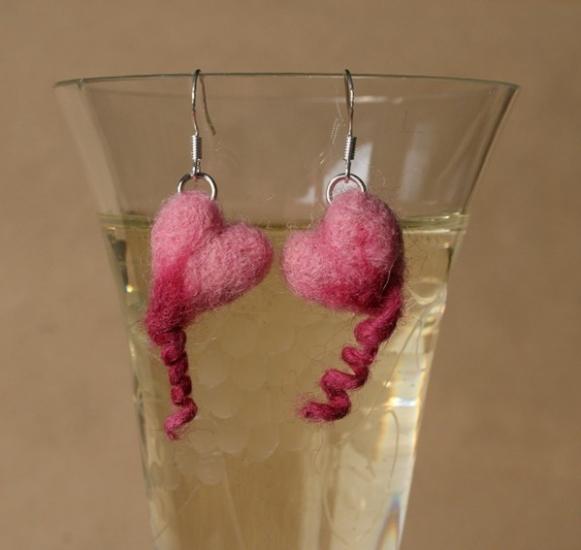 Ohrringe mit Ringelschwanz-Herzen in Rosa