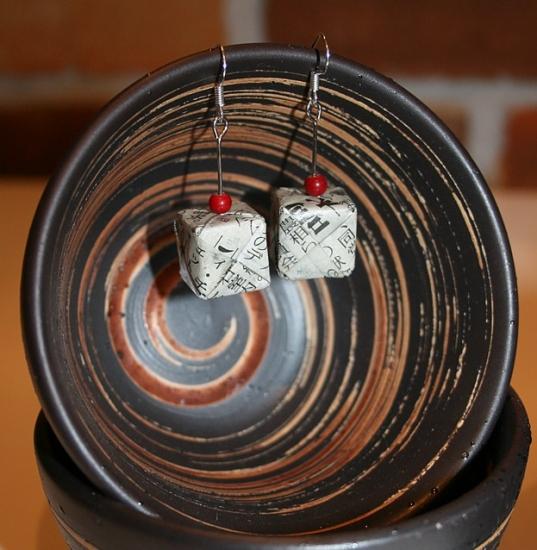 Origami-Ohrringe aus japanischer Zeitung - Gerade Würfel mit roter Perle
