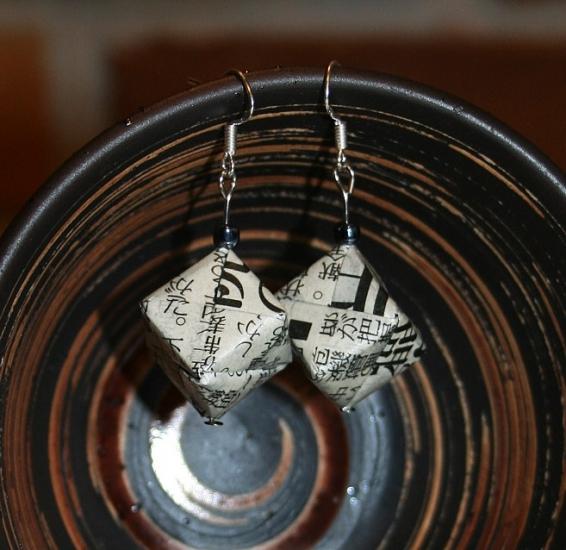 Origami-Ohrringe aus japanischer Zeitung - Diagonale Würfel mit schwarzer Perle