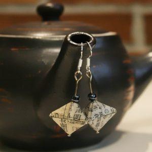 Origami-Ohrringe aus japanischer Zeitung - Hexaeder mit schwarzer Perle