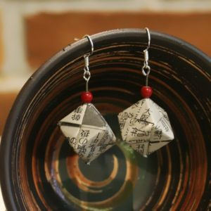 Origami-Ohrringe aus japanischer Zeitung - Diagonale Würfel mit roter Perle