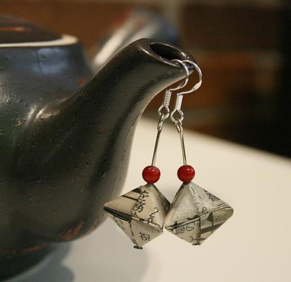 Origami-Ohrringe aus japanischer Zeitung - Hexaeder mit roter Perle