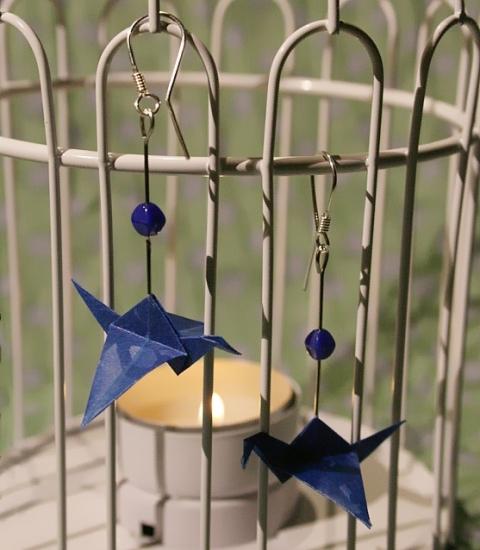 Origami-Ohrringe mit Kranichen in Dunkelblau