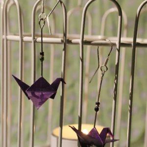 Origami-Ohrringe mit Kranichen in Violett