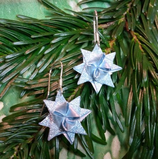 Ohrringe mit glitzernden Fröbelsternen in hellem Blau