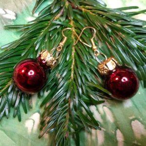 Ohrringe mit Weihnachtsbaum-Kugeln in Metallic Dunkelrot