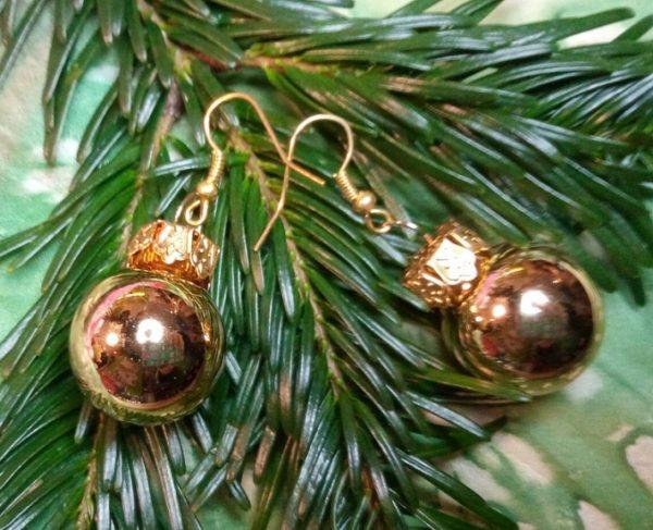 Ohrringe mit Weihnachtsbaum-Kugeln in Metallic Gold