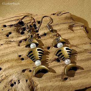 Ohrringe mit Fischgräten aus Bronze und weißen Perlen