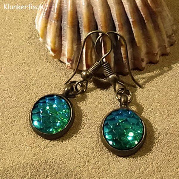 Bronze-Ohrringe mit Fisch-Schuppen in Grün-Blau
