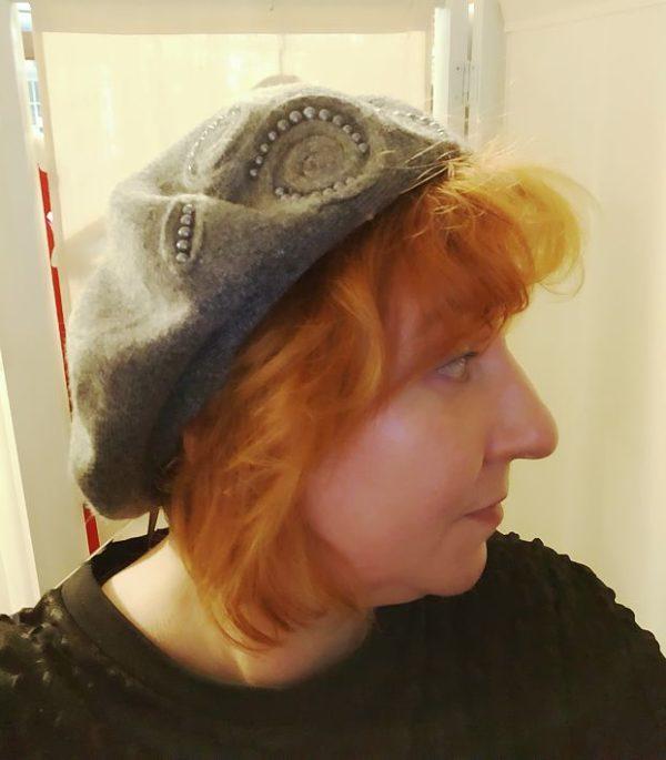 Angora-Baskenmütze mit Perlen-Ornament: wie man sie trägt