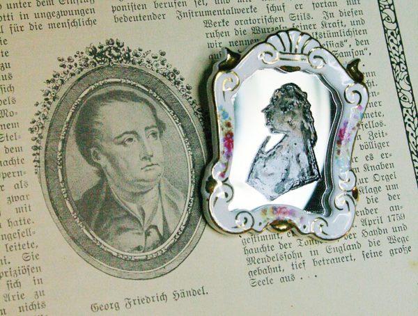 Barocke Brosche aus einem Porzellan-Spiegel mit Händel-Porträt