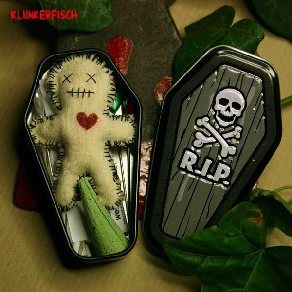 Voodoo-Puppe (und Brosche) im Mumien-Style