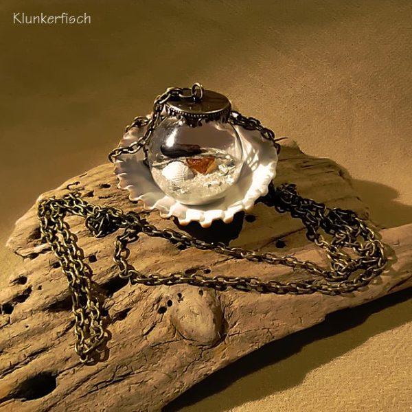 Halskette *Strandgut* mit Sand, Treibholz und Bernstein