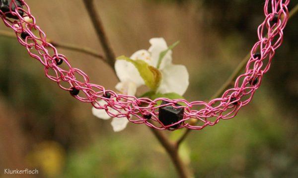 Draht-Kette in Pink mit schwarzen Glasperlen