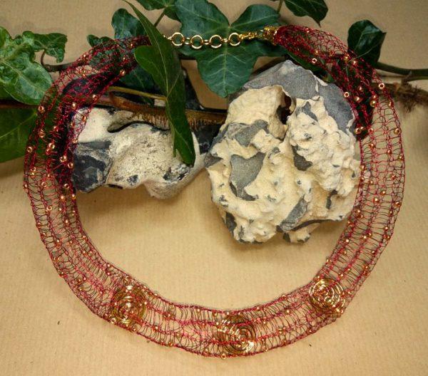 Draht-Halskette in Rot *Goldene Spiralen*