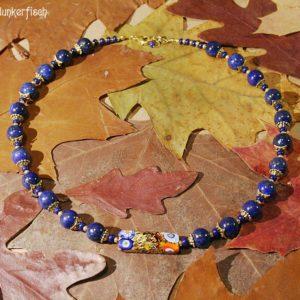Gustav-Klimt-Halskette mit Lapislazuli-Perlen und einer rechteckigen Millefiori-Perle *Emilie*