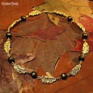 Gustav-Klimt-Halskette mit schwarzen Perlen und goldenen Federn *Serena*