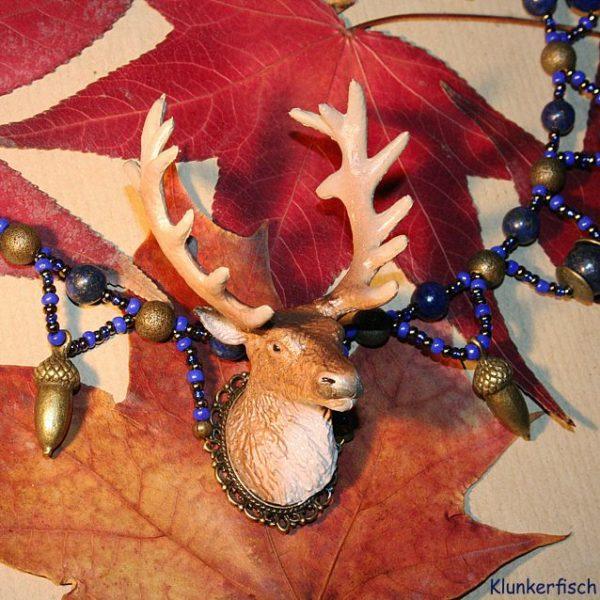 Halskette mit Hirsch und Lapislazuli
