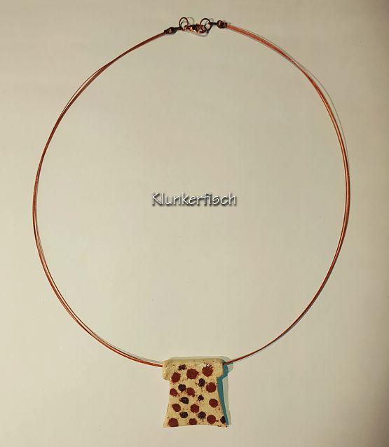 Herbstliche Halskette mit Keramik-Anhänger in Cremeweiß mit braunen Punkten