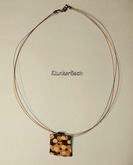 Herbstliche Halskette mit Keramik-Anhänger in Apricot und Braun mit cremeweißen und blauen Punkten
