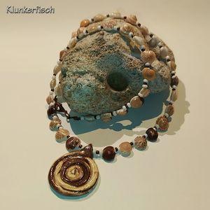 Halskette mit Keramik-Anhänger in Schneckenform und vielen Muschelschnecken