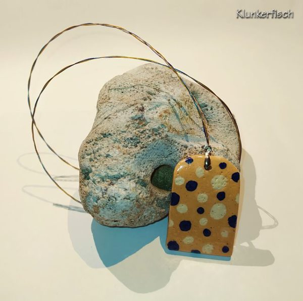 Herbstliche Halskette mit Keramik-Anhänger in Apricot mit cremeweißen und blauen Punkten