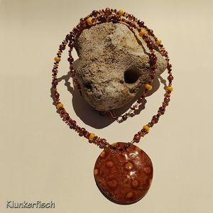 Prächtige herbstliche Halskette mit Keramik-Scheibe und vielen Glasperlen