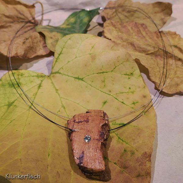Dezente Halskette mit strass-geschmücktem Kork-Anhänger