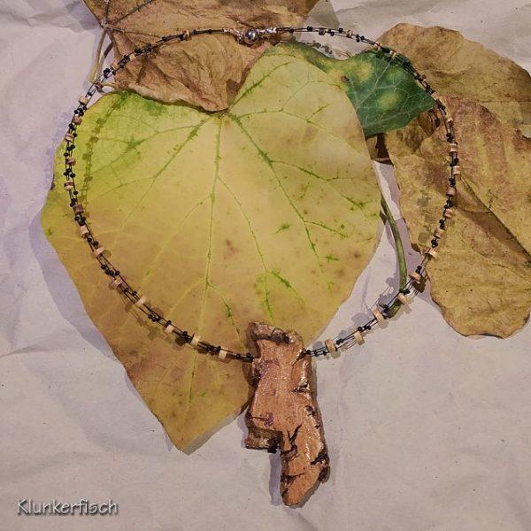 Herbstliches Collier mit Kokos- und Glas-Perlen und einem Kork-Anhänger