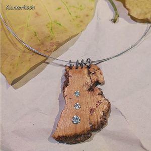 Elegante Halskette mit strass-geschmücktem Kork-Anhänger an silbernen Ringen