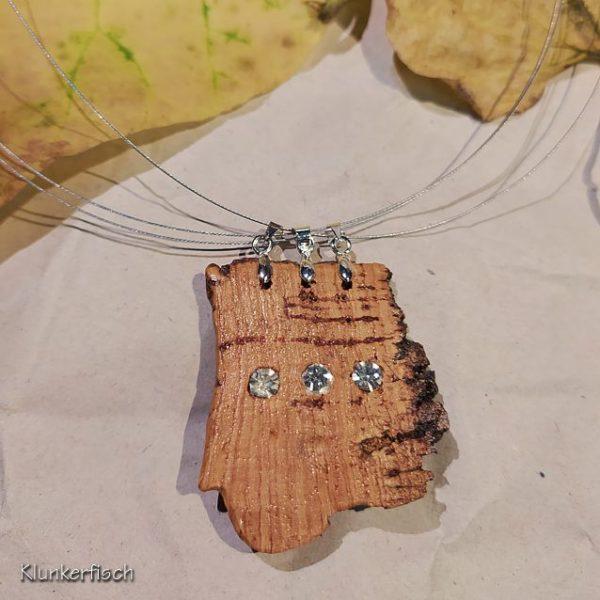 Dezente Halskette mit beidseitig strass-geschmücktem Kork-Anhänger