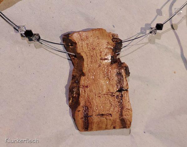 Dezente Halskette mit strass-geschmücktem Kork-Anhänger und drei Swarovski-Perlen