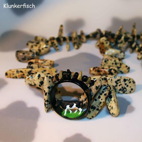 Halskette mit Dalmatiner-Jaspis-Splittern und schwarzem Kuh-Diorama