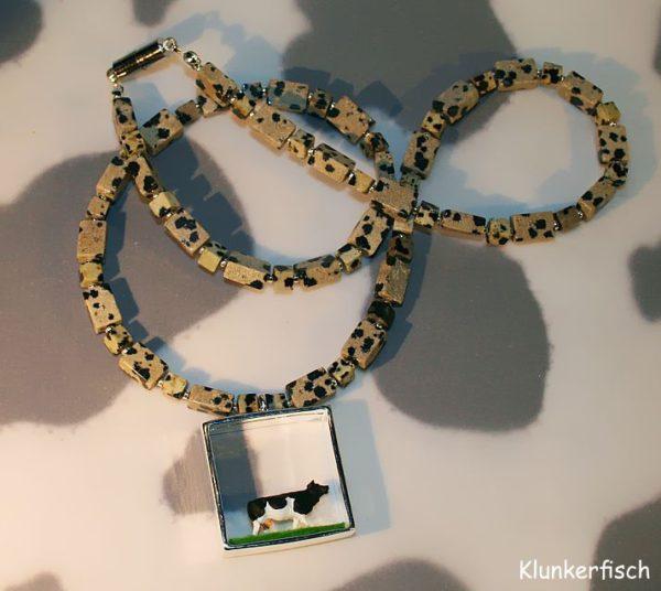 Halskette mit Würfeln und Quadern aus Dalmatiner Jaspis und einem Kuh-Diorama