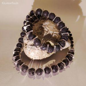 Halskette mit Lava-Perlen und quadratischen Silber-Scheiben
