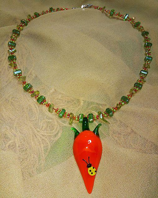Gesunde Halskette mit einer großen Karotte
