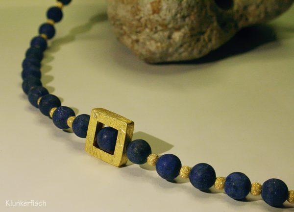 Zartes Collier aus Lapislazuli mit quadratischer Rahmen-Perle