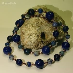 Collier aus verschiedenen blauen Schmuckstein-Perlen mit Roségold- und Kupfer-Akzenten