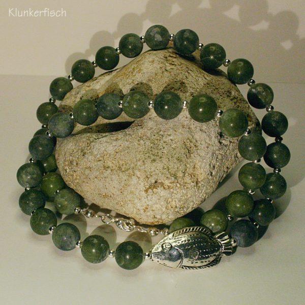 Opulente Halskette aus Taiwan-Jade mit einem großen Silber-Fisch
