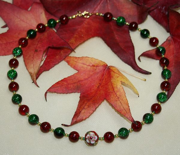 Glitzernde Halskette in Rot und Grün mit Cloisonné-Perle