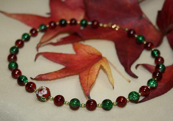 Glitzernde Halskette in Rot und Grün mit Cloisonne-Perle