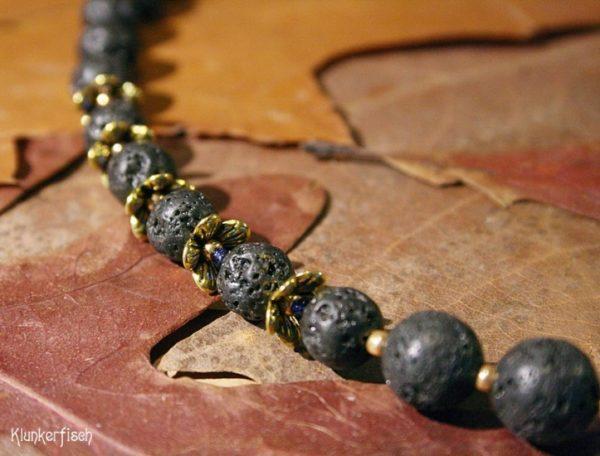 Gustav-Klimt-Halskette mit Lava-Perlen und einer Lapislazuli-Perle *Rose*