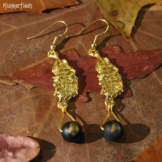 Gustav-Klimt-Ohrringe mit schwarzen Perlen und goldenen Federn *Marie*
