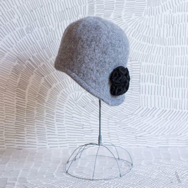 20er Jahre - Mütze aus Wollfilz mit Blüten-Applikation: wie sie getragen wird