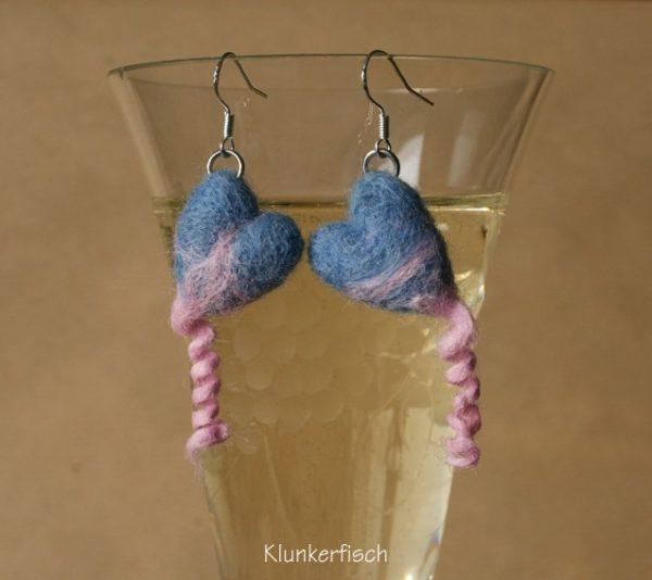 Ohrringe mit Ringelschwanz-Herzen in Himmelblau und Rosa