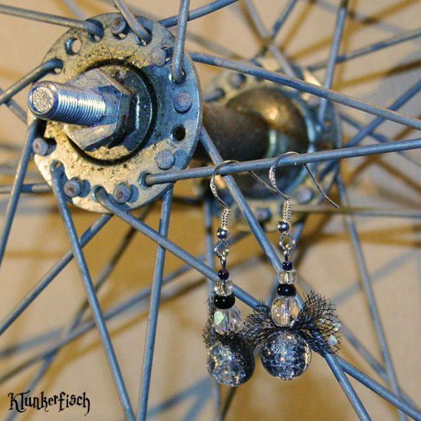 Funkelnde Glasperlen-Ohrringe mit Tüllschleifen