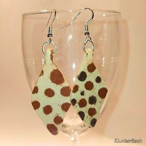 Ohrringe mit Keramik-Rhomben in Cremeweiß mit braunen Tupfen
