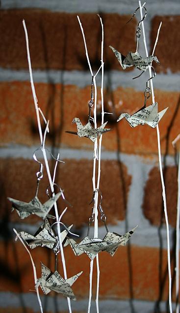 Origami-Ohrringe mit Kranichen aus japanischer Zeitung