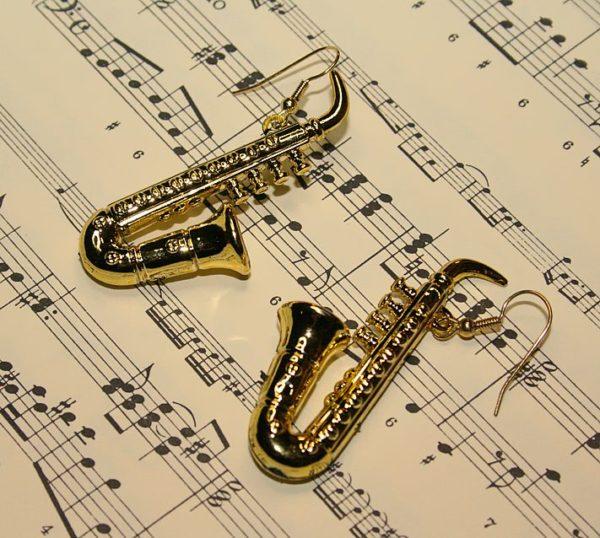 Single-Ohrring mit Saxophon