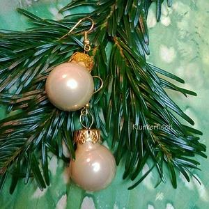 Ohrringe mit Weihnachtsbaum-Kugeln in Beige